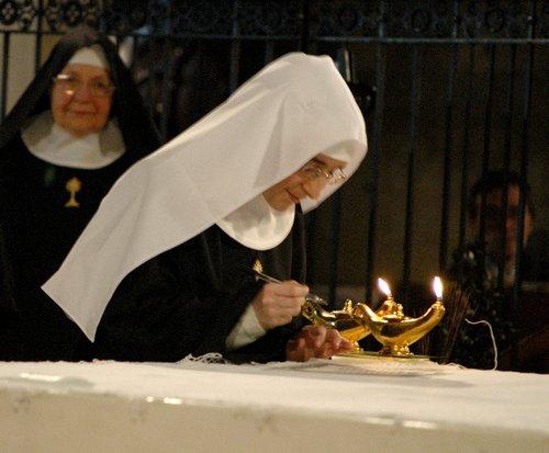 Firma della cedola sulla mensa dell'altare