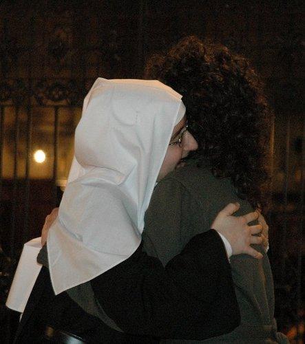 Segno della pace con la_sorella