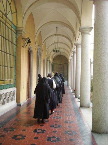 Processione nel chiostro per entrare in coro